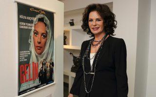 Η Χουλγιά Κότσγιγιτ, με τη στόφα και τη λάμψη της σταρ, ποζάρει δίπλα στις αφίσες από παλιές ταινίες της.