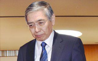 Ο πρόεδρος της Κεντρικής Τράπεζας της Ιαπωνίας, Χαρουχίκο Κουρόντα, προσπαθεί να σπάσει τον φαύλο κύκλο του αποπληθωρισμού που ταλανίζει την οικονομία εδώ και μία 15ετία και να επιτύχει αύξηση του πληθωρισμού στο 2% εντός διετίας. Ο φόβος να παγιδευθεί στον αποπληθωρισμό η Ευρωζώνη έχει σημάνει συναγερμό και στην ΕΚΤ.