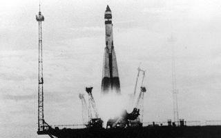 Η αρχή του ράλι του Διαστήματος. Η εκτόξευση του  σοβιετικού τεχνητού δορυφόρου «Σπούτνικ Ι» στις 3 Οκτωβρίου 1957, στη φωτογραφία του ρωσικού πρακτορείου ειδήσεων Νοβόστι. Οι Σοβιετικοί υπερκέρασαν αντίστοιχες προσπάθειες των Αμερικανών και κατήγαγαν θρίαμβο σε επίπεδο προπαγάνδας. Οι διεθνείς πυρηνικές ισορροπίες άλλαξαν, το ίδιο και η στρατηγική της Δύσης απέναντι στην αντιμετώπιση ενδεχόμενης επίθεσης από την ΕΣΣΔ.