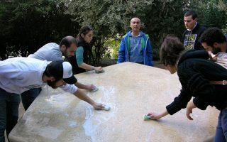 Νέοι της Ισραηλιτικής Κοινότητας της Αθήνας έχουν μόλις καθαρίσει το Μνημείο Ολοκαυτώματος στον Κεραμεικό. Η βεβήλωση του μνημείου στην Αθήνα για δεύτερη φορά φέτος εγείρει σύνθετα ζητήματα φύλαξης, προστασίας και κοινωνικής συνοχής.