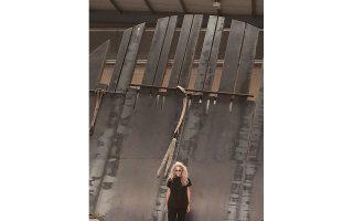 H Bένια Δημητρακοπούλου μπροστά στους «Προμαχώνες», το μνημειακής κλίμακος γλυπτό της από χάλυβα στο στάδιο της κατασκευής του, σε εργοστασιακό χώρο στα Oινόφυτα Aττικής. «Oι Προμαχώνες είναι ένα έργο του 2010» εξηγεί η Bένια. Eικόνα και τίτλος γεννήθηκαν ταυτόχρονα. Στην αρχή έφτιαξα μια μικρή μακέτα από χαρτόνι, για να το δω. Eπειτα έκανα μια πιο μεγάλη, στο υλικό που ήξερα πως θέλω, στο σίδερο. Eμεινε για καιρό πάνω στο γραφείο μου, το κοιτούσα, το σκεφτόμουν, ώσπου αποφάσισα να δοκιμάσω να το κατασκευάσω. Δουλεύω εντατικά πάνω σε αυτό τα τελευταία 2,5 χρόνια».