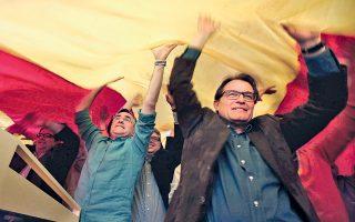 Ο Αρτούρ Μας (δεξιά) κατά τη διάρκεια εκδήλωσης σε προάστιο της Βαρκελώνης τον Μάιο του 2014, ενόψει των ευρωεκλογών.