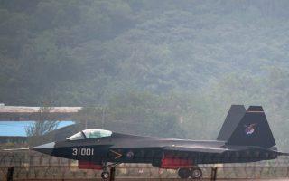 Σε μια νέα ένδειξη της αυξανόμενης στρατιωτικής ισχύος της, η Κίνα παρουσίασε χθες το νέο «αόρατο» μαχητικό αεροσκάφος J-31, το οποίο φιλοδοξεί να ανταγωνιστεί το τελευταίας γενιάς αμερικανικό αντίστοιχό του, F-35. Το επίτευγμα της κινεζικής αεροναυπηγικής παρουσιάστηκε σε διεθνή έκθεση, στην πόλη Ζουχάι, την ώρα που ολοκληρωνόταν στο Πεκίνο η διήμερη σύνοδος κορυφής της Ζώνης Οικονομικής Συνεργασίας Ασίας - Ειρηνικού (APEC).