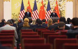 Ο Αμερικανός πρόεδρος Μπαράκ Ομπάμα με τον Κινέζο ομόλογό του Σι Τζινπίνγκ στην κοινή συνέντευξη Τύπου, χθες, στο Πεκίνο.