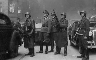 Ο Γιούργκεν Στρόοπ  (κέντρο), στρατηγός των SS, στο φλεγόμενο Γκέτο της Βαρσοβίας, το «μεγαλύτερο έργο του». Παρά τις φλόγες και το χάος ολόγυρα, η φωτογραφία φαίνεται πως είναι στημένη: προσέξτε το γεμάτο υπερηφάνεια χαμόγελο στα πρόσωπα των Γερμανών στρατιωτιών.