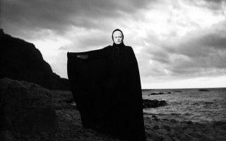 Η φιγούρα του Θανάτου στην «Εβδομη Σφραγίδα» του Ινγκμαρ Μπέργκμαν, κλασική ταινία που διαδραματίζεται στη μεσαιωνική Ευρώπη, κατά την περίοδο που η πανώλη θέριζε. Σύμφωνα με τον Darren Oldridge, τον Μεσαίωνα οι άνθρωποι βίωναν φαινόμενα που για εμάς σήμερα είναι «παράξενα».