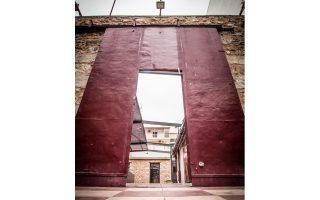 Η είσοδος του πρώην «Ακαδήμεια», νυν «Ακαδημία Πλάτωνος», θυμίζει τέσσερα όμορφα θεατρικά χρόνια της Αθήνας.