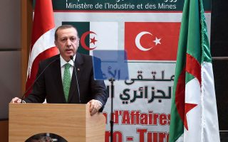 Ως προστάτη του λατρευτικού συγκροτήματος του Αλ Ακτσά στην Ιερουσαλήμ -και κατ' επέκταση του Ισλάμ- εμφάνισε χθες τον εαυτό του ο Τούρκος πρόεδρος Ερντογάν, μιλώντας σε συνέδριο στο Αλγέρι, στο οποίο χαρακτήρισε τη «βάρβαρη επίθεση του Ισραήλ» κατά του τεμένους «επίθεση κατά της ίδιας της Τουρκίας».