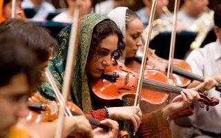 Ιρανές μουσικοί, μέλη της Συμφωνικής Ορχήστρας της Τεχεράνης, ερμηνεύουν τη Συμφωνία υπ' αρ. 7 του Μπετόβεν. «Πάνω απ' όλα, ο Μπετόβεν διαμόρφωσε την ταυτότητα αυτού που έχει γίνει γνωστό ως κλασική μουσική», γράφει στο περιοδικό New Yorker o μουσικοκριτικός Alex Ross.