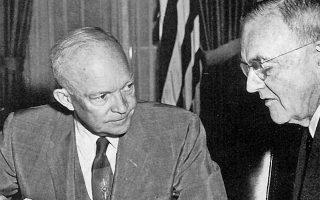 Ο Αμερικανός πρόεδρος Ντουάιτ Αϊζενχάουερ (αριστερά) και ο υπουργός Εξωτερικών Τζον Φόστερ Ντάλες πίστευαν ότι η αραβοϊσραηλινή διένεξη ήταν το κύριο εμπόδιο για την εφαρμογή της «ανάσχεσης» στην Ανατολική Μεσόγειο και την παρεμπόδιση της σοβιετικής πρόσβασης εκεί.