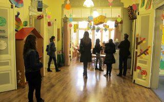 Συγκεντρωμένοι, σε μικρές ομάδες, επισκέπτες παρακολουθούν την ξενάγηση από εθελοντές στο εσωτερικό του αρχοντικού νηπιαγωγείου Κοπερτί.