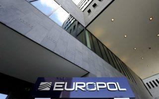 europol-syllipseis-gia-agores-aeroporikon-eisitirion-me-plastes-pistotikes-kartes0