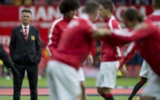 Προπονητής και παίκτες της Μάντσεστερ δέχονται δριμεία κριτική, με τον Φαν Χάαλ ωστόσο να παραμένει πιστός στο πλάνο τριετίας που έχει θέσει.