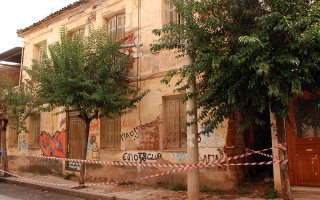 Ηδη 75 κτίσματα που έχουν ελεγχθεί στο Αίγιο βρέθηκαν να έχουν υποστεί σοβαρές ζημιές από τον σεισμό των 4,8 βαθμών της κλίμακας Ρίχτερ, που σημειώθηκε το απόγευμα της περασμένης Παρασκευής.