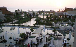 Η Costa Navarino, σύμφωνα με πληροφορίες, υλοποιεί τον σχεδιασμό τριών νέων γηπέδων γκολφ 18 οπών, ενώ παράλληλα προγραμματίζεται η έναρξη των εργασιών για την κατασκευή και τρίτου πολυτελούς ξενοδοχείου στην περιοχή Navarino Bay, με δυναμικότητα, περίπου, 300 κλινών.