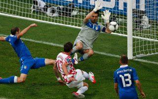 Ιταλία και Κροατία με 9 βαθμούς παίζουν μεταξύ τους για την οριστικοποίηση της πρόκρισης στον 8ο όμιλο των προκριματικών του Εuro 2016 που θα διεξαχθεί στη Γαλλία.