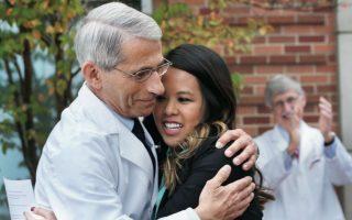 Aγκαλια ανακουφισης ανάμεσα στην υγιή πλέον Νίνα Φαμ και τον Αντονι Φάουτσι, διευθυντή του αμερικανικού Ινστιτούτου Αλλεργιών και Μολυσματικών Ασθενειών.