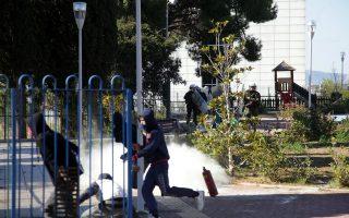 Ενταση σημειώθηκε χθες σε συγκέντρωση έξω από το υπουργείο Παιδείας. Φοιτητές και μαθητές εκτόξευσαν πέτρες στους αστυνομικούς, που απάντησαν με χειροβομβίδες κρότου λάμψης. Σελ. 2