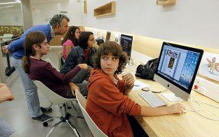 Φωτογραφία: Κατερίνα Καμπίτη - Οι μαθητές σχεδιάζουν σε PC κόμικ και κινούμενα σχέδια.