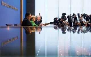 Στιγμιότυπο από την περσινή υπογραφή της προγραμματικής συμφωνίας για τον σχηματισμό κυβέρνησης από τους τρεις εταίρους: τη Μέρκελ και τους Ζεεχόφερ και Γκάμπριελ στο Βερολίνο.