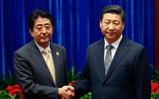 Με μια σφιγμένη χειραψία υποδέχθηκε ο πρόεδρος Σι τον Ιάπωνα πρωθυπουργό Σίνζο Αμπε χθες στο Πεκίνο.
