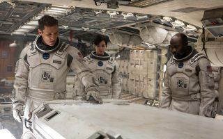 Ο Μάθιου ΜακΚόναχι, η Αν Χάθαγουεϊ και ο Ντέιβιντ Γκάιαζι στο «Interstellar».