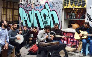 Μουσικοί του δρόμου αυτοσχεδιάζουν στη συνοικία του Γαλατά.
