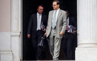 Μέσα στο γενικότερο κλίμα της κυβερνητικής αρρυθμίας ήρθε να προστεθεί και η αντιπαράθεση για θέματα αρμοδιοτήτων ανάμεσα στον υπουργό Οικονομικών Γκίκα Χαρδούβελη και τον αναπληρωτή Χρήστο Σταϊκούρα, η οποία έκρυβε και έντονο παρασκήνιο.