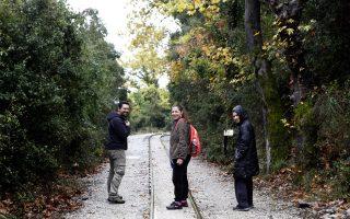 Περπατώντας πάνω στις γραμμές του Μουντζούρη. (Φωτογραφία: Κατερίνα Καμπίτη)