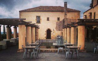 Η στέρνα, κεντρικό στοιχείο του ξενοδοχείου, λειτουργεί και ως «δεξαμενή» ποτίσματος των μποστανιών. Για την ανακατασκευή, χρησιμοποιήθηκαν τοπικά υλικά.