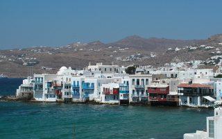 Οι υποψήφιοι αγοραστές αναζητούν κατοικίες τόσο στην Αττική όσο και σε νησιά, όπως η Μύκονος (φωτογραφία) και η Σαντορίνη.