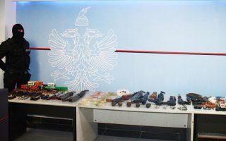 Κατασχέθηκαν 6 καλάσνικοφ, ένα υποπολυβόλο Scorpion με σιγαστήρα, 6 πιστόλια, 5 χειροβομβίδες, 2 καραμπίνες και χιλιάδες σφαίρες.