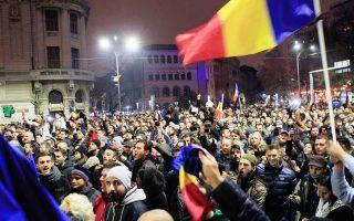 Ο Κλάους Γιοχάνις γιορτάζει τη νίκη του. Ο Γιοχάνις είναι ο πρώτος πρόεδρος της Ρουμανίας που κατάγεται από τη μικρή γερμανική μειονότητα της χώρας.