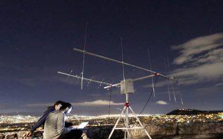 «Οι δορυφόροι χαμηλής τροχιάς πετούν σε χαμηλό ύψος και έχουν ακανόνιστες πορείες. Αυτό που φτιάξαμε είναι ένα σύστημα κεραιών που τους εντοπίζει, τους ακολουθεί αλλάζοντας κλίση, ώστε να μεγαλώνει τον διαθέσιμο χρόνο λήψης δεδομένων, και το δίκτυο που συνδέει τις κεραίες σε ένα κεντρικό υπολογιστή στο Ιντερνετ», εξηγεί ο Λευτέρης Κοσμάς, ένας από τους δέκα προγραμματιστές που αποτελούν τον πυρήνα της ομάδας.