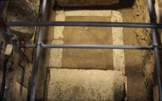 Ο τάφος, κατασκευασμένος από πωρόλιθους, αποκαλύφθηκε σε βάθος 1,60μ. από τους σωζόμενους λίθους του δαπέδου στον τρίτο θάλαμο στον λόφο Καστά της Αμφίπολης.