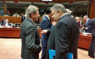 Ο Ευ. Βενιζέλος με τον επίτροπο Γιοχάνες Χαν, χθες, στις Βρυξέλλες.
