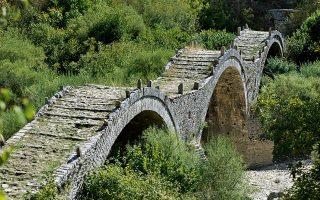 Το Γεφύρι του Πλακίδα ή Καλογερικό κοντά στους Κήπους και το Κουκούλι, ένα από τα λίγα τρίτοξα γεφύρια που υπάρχουν. (Φωτογραφία: Βαγγέλης Ζαβός)