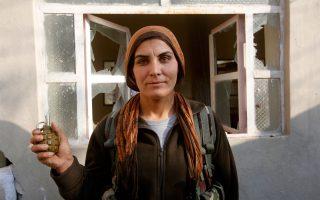 Ελάχιστοι δημοσιογράφοι έχουν καταφέρει να μπουν στο Κομπάνι. Στην πόλη - σύμβολο της μάχης ενάντια στους τζιχαντιστές συναντά κανείς γυναίκες και άνδρες μαχητές που κρατούν την τελευταία χειροβομβίδα για τον εαυτό τους, τραυματίες που περιμένουν να περάσουν στην Τουρκία, παιδιά ντυμένα στο χακί και γειτονιές ολοκληρωτικά ερειπωμένες.