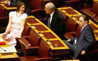 Η κ. Κατερίνα Μάρκου υπερψήφισε τον προϋπολογισμό, ενώ ο κ. Μάρκος Μπόλαρης (κέντρο) και ο κ. Βύρων Πολύδωρας τον καταψήφισαν.