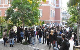 Οι αναρχικοί καταληψίες έχουν αναρτήσει πανό στην είσοδο της Νομικής που γράφει «Αλληλέγγυοι στον αναρχικό Νίκο Ρωμανό». Σήμερα, θα επιχειρηθεί να γίνουν γενικές συνελεύσεις των φοιτητών στα τρία Τμήματα που στεγάζονται στο κτίριο, με στόχο να εξωθηθούν οι εξωπανεπιστημιακοί.