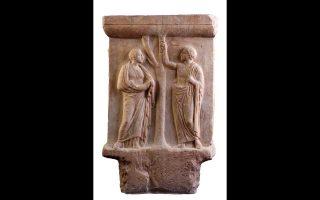 Μαρμάρινη βάση επιτύμβιου αγγείου με παράσταση καρπολογίας, 410 - 400 π.Χ. Από το Μοσχάτο. Εθνικό Αρχαιολογικό Μουσείο Αθηνών.
