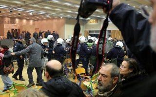 Αστυνομικές δυνάμεις εκκένωσαν τον χώρο και το δημοτικό συμβούλιο συνεχίστηκε κανονικά.