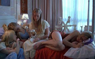 Σκηνή από την ταινία της Σοφίας Κόπολα «Αυτόχειρες παρθένοι» («The virgin suicides», 1999) που βασίστηκε στο ομώνυμο μυθιστόρημα του Τζέφρι Ευγενίδη.