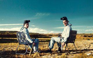 Ο βασικός ήρωας της σειράς Γουόλτερ Γουάιτ (Μπράιαν Κράνστον) μαζί με τον συμπρωταγωνιστή και «συνεργό» του Τζέσι Πίνκμαν (Ααρον Πολ) χαλαρώνουν με φόντο την έρημο του Νέου Μεξικού.
