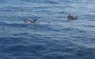Οι δύο χειριστές του μαχητικού F-16 που κατέπεσε βορείως της Γαύδου ενώ βρίσκονται στη θάλασσα, περιμένοντας τα σωστικά μέσα να τους περισυλλέξουν.