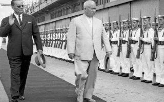 Ο Γιουγκοσλάβος πρόεδρος Τίτο και ο Σοβιετικός ηγέτης Χρουστσόφ, σε φωτογραφία του 1963, όταν οι σχέσεις των δύο χωρών είχαν πλέον εξομαλυνθεί. Επιδεικνύοντας  ευελιξία, ο Τίτο υιοθέτησε φιλοσοβιετικές θέσεις σε διεθνή θέματα.