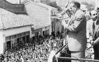 Ο πρωθυπουργός Κωνσταντίνος Καραμανλής εκφωνεί λόγο σε προεκλογική συγκέντρωση του 1958. Στην πολιτική κρίση, η οποία φαίνεται πως είχε μεγαλύτερες διαστάσεις από αυτές της εσωκομματικής αμφισβήτησης και των διαφωνιών για τον εκλογικό νόμο, ο Καραμανλής αιφνιδίασε το πολιτικό σύστημα: ζήτησε τη διάλυση της Βουλής και προκήρυξε εκλογές.