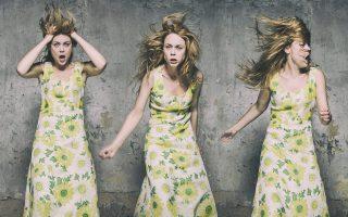 Τρεις διαφορετικές συγκλονιστικές εκφράσεις της Λένας Παπαληγούρα, που ζωντανεύει την Κατερίνα στο «Θησείον».