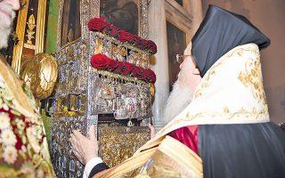 Στον Ιερό Ναό του Αγίου Σπυρίδωνος χθες το πρωί, ώρα 11, ετελέσθη η Ακολουθία της παρακλήσεως και η έξοδος του ιερού σκηνώματος στη θύρα, όπου χοροστάτησε ο Οικουμενικός Πατριάρχης. Εδώ, ο Βαρθολομαίος προσκυνά και ασπάζεται τον θαυματουργό Αγιο, Πολιούχο της Κέρκυρας (όλες οι φωτογραφίες είναι του κ. Νίκου Μαγγίνα, 11/12/14).