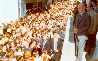 Ποτάμι η αγάπη των συμπατριωτών του... Ο Κωνσταντίνος Καραμανλής απευθύνεται στους συγχωριανούς του  στην Πρώτη Σερρών, στην πρώτη επίσκεψή του μετά την εκλογή του στην Προεδρία της Δημοκρατίας στις 8 Σεπτεμβρίου 1980. Δίπλα του, ο αδελφός Αχιλλέας Γ. Καραμανλής